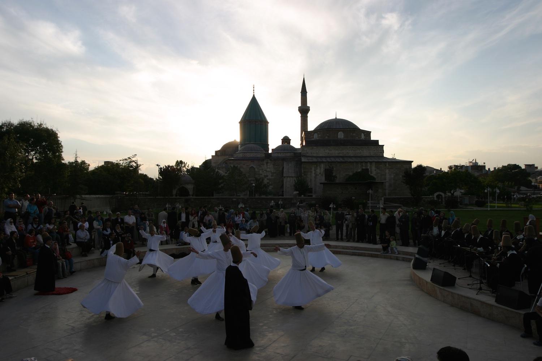 Sema im Rosengarten - Mevlana Mausoleum Konya