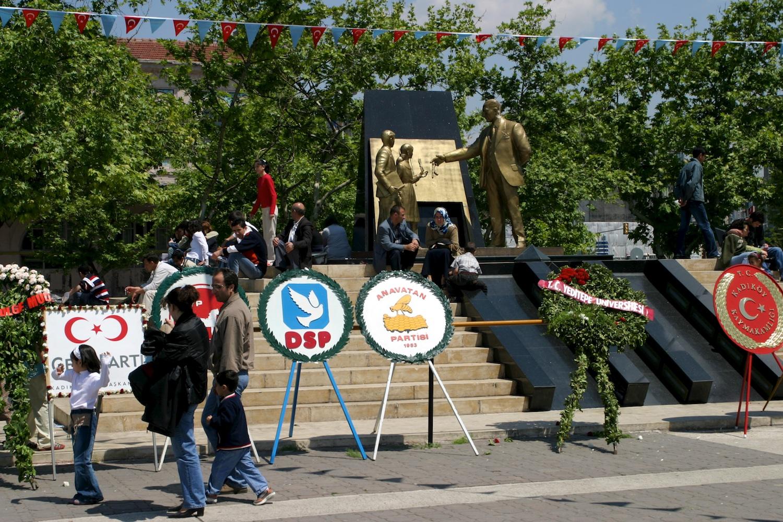 Kranzniederlegungen am 19. Mai 2004 in Kadıköy, asiatische Seite von Istanbul